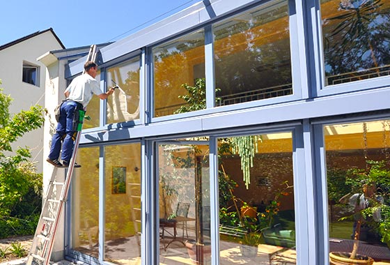 Fensterputzer bei der Fensterreinigung eines Windergartens