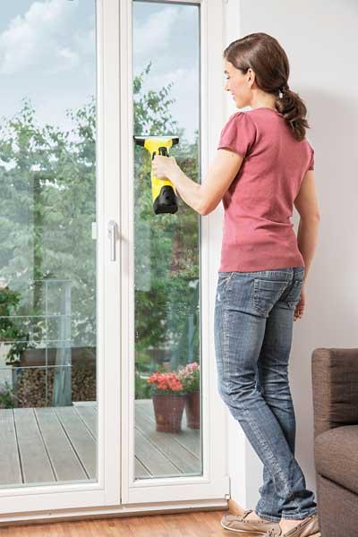 k rcher fenstersauger bei der verwendung privat putzen. Black Bedroom Furniture Sets. Home Design Ideas