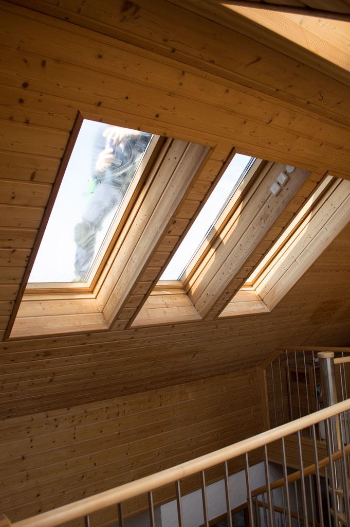 dachfenster reinigen lassen vom profi dachfl chenfenster fensterputzer. Black Bedroom Furniture Sets. Home Design Ideas